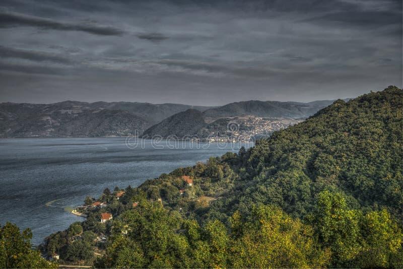 Vista panor?mica de Danubio y de Donji Milanovac fotografía de archivo