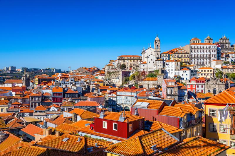 Vista panor?mica de la ciudad vieja de Oporto (Oporto) y de Ribeira sobre el r?o del Duero, Portugal Concepto de World Travel, ha imagenes de archivo
