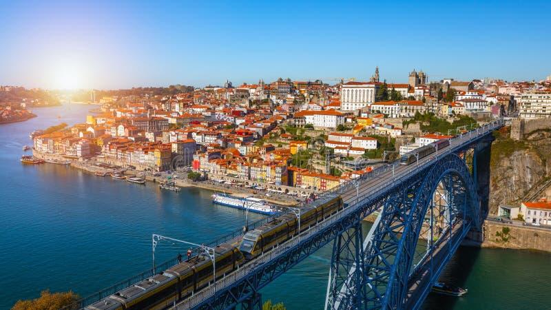 Vista panor?mica de la ciudad vieja de Oporto (Oporto) y de Ribeira sobre el r?o del Duero, Portugal Concepto de World Travel, ha fotos de archivo libres de regalías