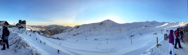 Vista panor?mica de la estaci?n de esqu?, cuesta, gente en el remonte, esquiadores en el piste en Valle Nevado fotos de archivo libres de regalías