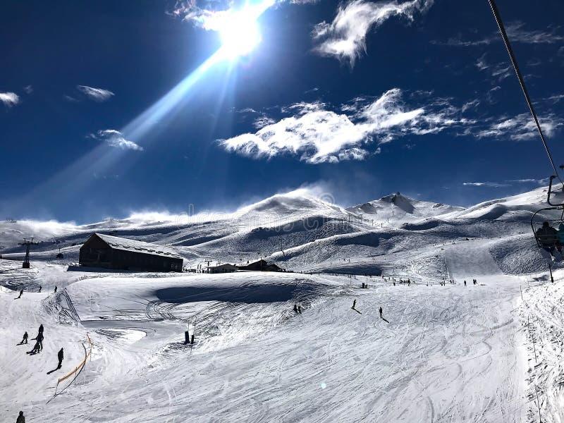 Vista panor?mica de la estaci?n de esqu?, cuesta, gente en el remonte, esquiadores en el piste en Valle Nevado fotografía de archivo