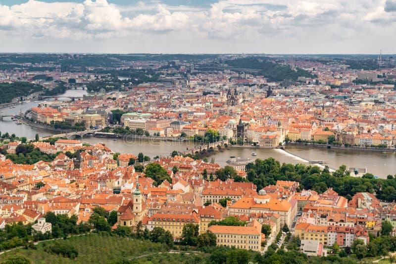 Vista panor?mica de Praga de la torre de Petrin fotos de archivo libres de regalías