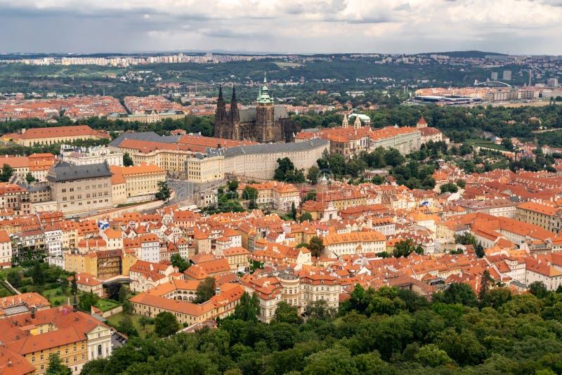 Vista panor?mica de Praga de la torre de Petrin imágenes de archivo libres de regalías