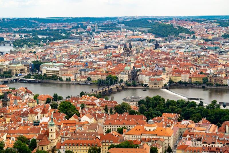 Vista panor?mica de Praga de la torre de Petrin imagen de archivo