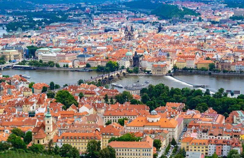 Vista panor?mica de Praga de la torre de Petrin imagenes de archivo