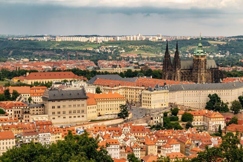 Vista panor?mica de Praga de la torre de Petrin fotografía de archivo