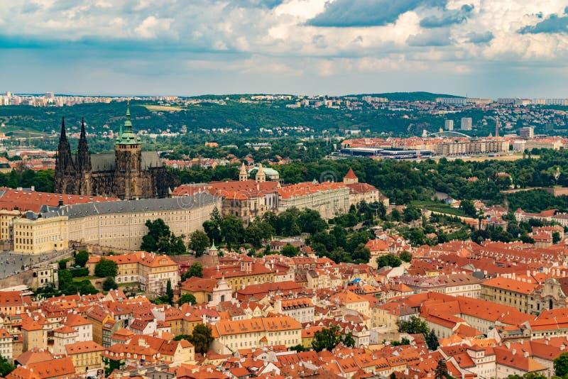 Vista panor?mica de Praga de la torre de Petrin fotos de archivo