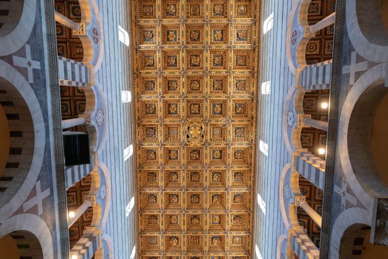 Vista panor?mica del interior de la catedral de Pisa imagen de archivo libre de regalías