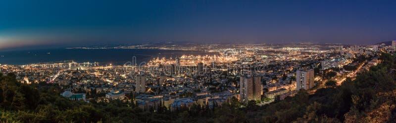 Vista panor?mica del puerto c?ntrico de Haifa, de Haifa y de la bah?a en la noche Visi?n desde el monte Carmelo imágenes de archivo libres de regalías
