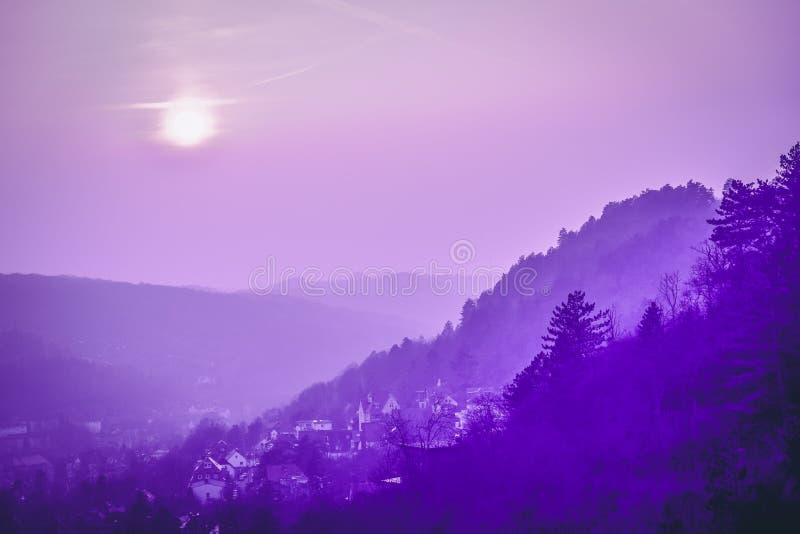 Vista panor?mica dos montes e da cidade velha Roxo violeta tonificado Jena, Alemanha fotos de stock