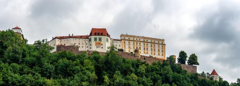 Vista panor?mica a Veste Oberhaus en la colina con el r?o Danubio en Passau fotos de archivo