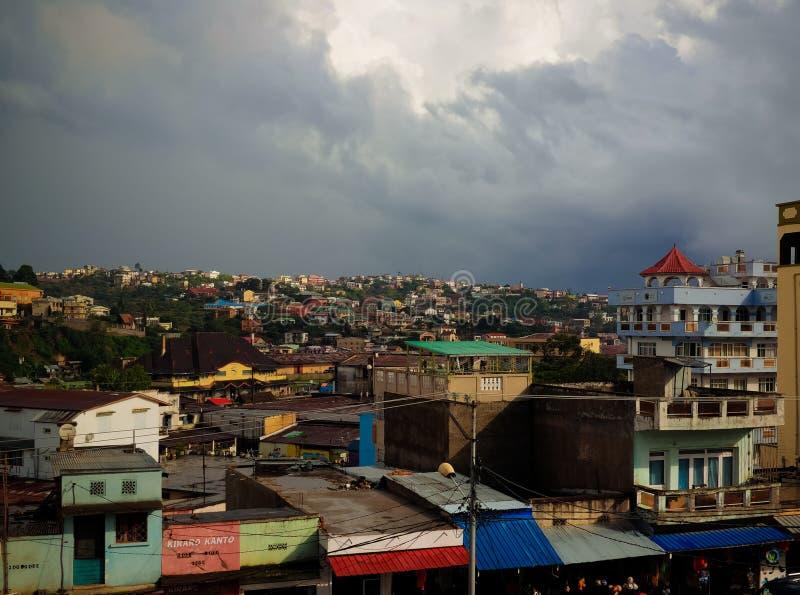 Vista panoramica aerea alla città al tramonto, Madagascar di Fianarantsoa immagini stock libere da diritti