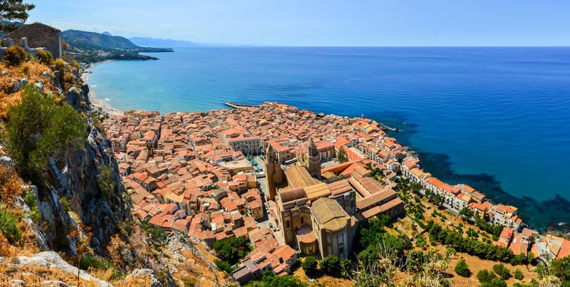 Vista panoramica aerea del villaggio Cefalu in Sicilia fotografia stock