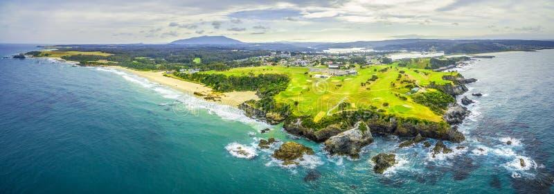 Vista panoramica aerea della linea costiera dell'oceano vicino a Narooma, NSW, Australia fotografia stock libera da diritti