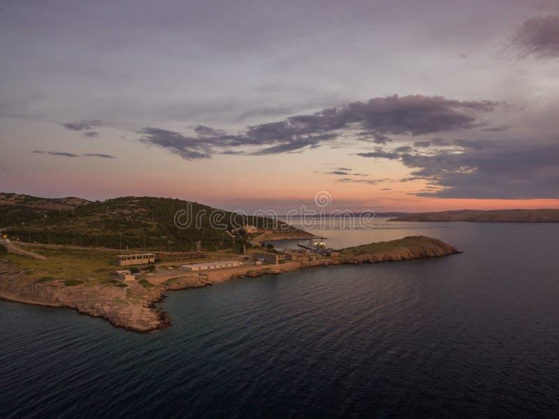 Vista panoramica aerea della Stinica-Croazia, piccola isola con il terminale di traghetto Bello paesaggio della spiaggia al tramo fotografia stock