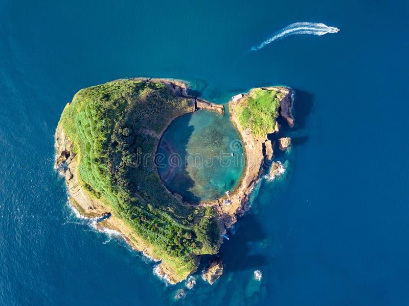 Vista panoramica aerea delle Azzorre Vista superiore dell'isolotto di Vila Franca fare campo Cratere di vecchio vulcano subacqueo fotografia stock