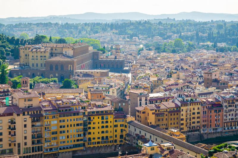 Vista panoramica aerea superiore della città di Firenze, ponte di Ponte Vecchio sopra il fiume di Arno, palazzo di Palazzo Pitti fotografia stock libera da diritti