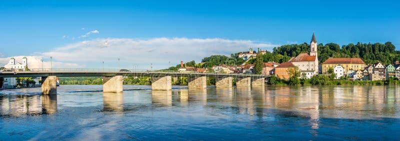 Vista panoramica al fiume della locanda con la chiesa di StGertarud Passavia - in Germania fotografie stock