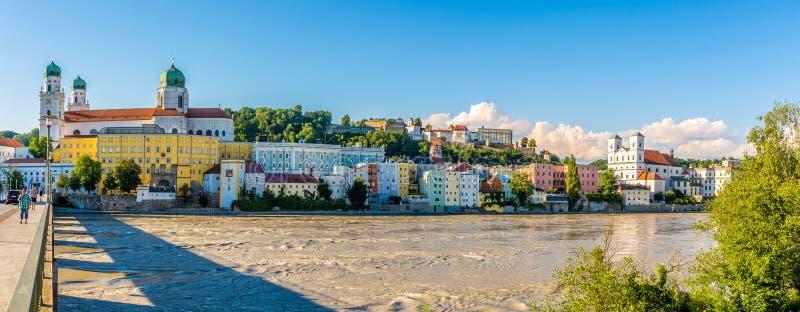 Vista panoramica alla Banca del fiume della locanda Passavia - in Germania fotografie stock