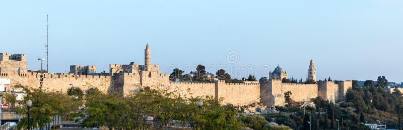 Vista panoramica alla luce del tramonto sulle pareti di vecchia città vicino alla torre di David a Gerusalemme, Israele fotografie stock libere da diritti