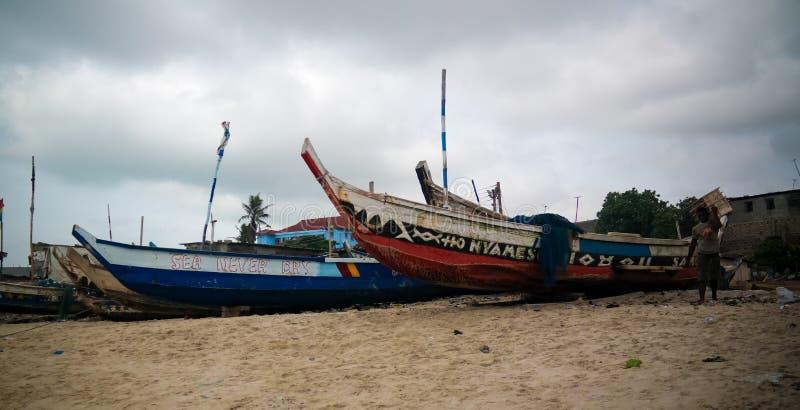 Vista panoramica alla spiaggia con la barca dei fishermans, Ghana di Accra fotografia stock libera da diritti