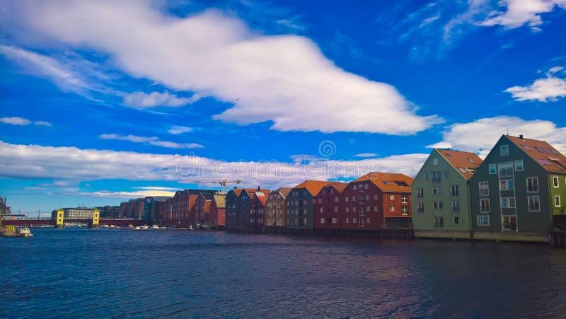 Vista panoramica alle case del fiume e del trampolo di Nidelva, Trondeim, Norvegia immagini stock libere da diritti