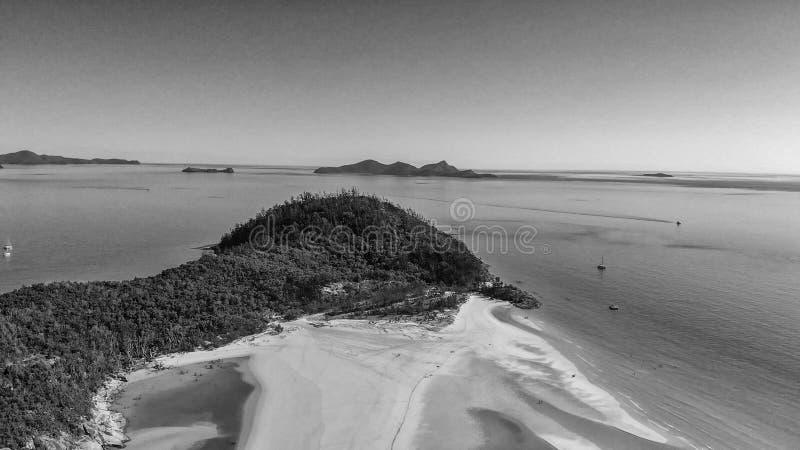 Vista panoramica in bianco e nero aerea della spiaggia di Whitehaven dalla d immagini stock