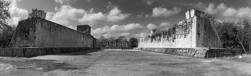 Vista panoramica in bianco e nero della corte della palla a Chichen Itza, Yucatan, Messico fotografia stock
