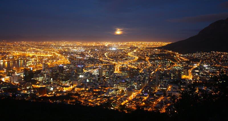 Vista panoramica Cape Town di notte Sudafrica fotografia stock
