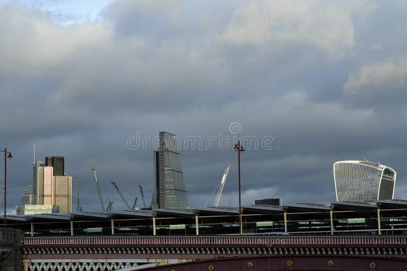 Vista panoramica con il ponte di Blackfriars sopra il Tamigi nel Regno Unito fotografie stock libere da diritti
