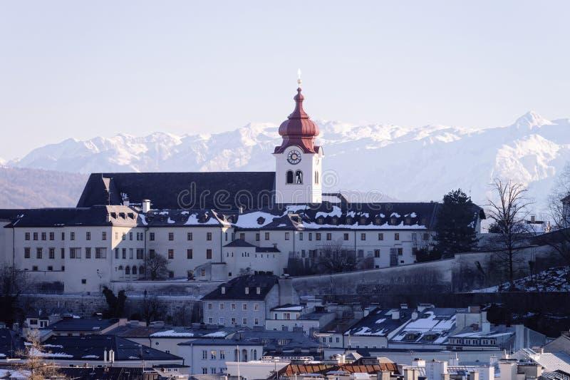 Vista panoramica con la cattedrale ed il paesaggio in vecchia città Salisburgo fotografia stock