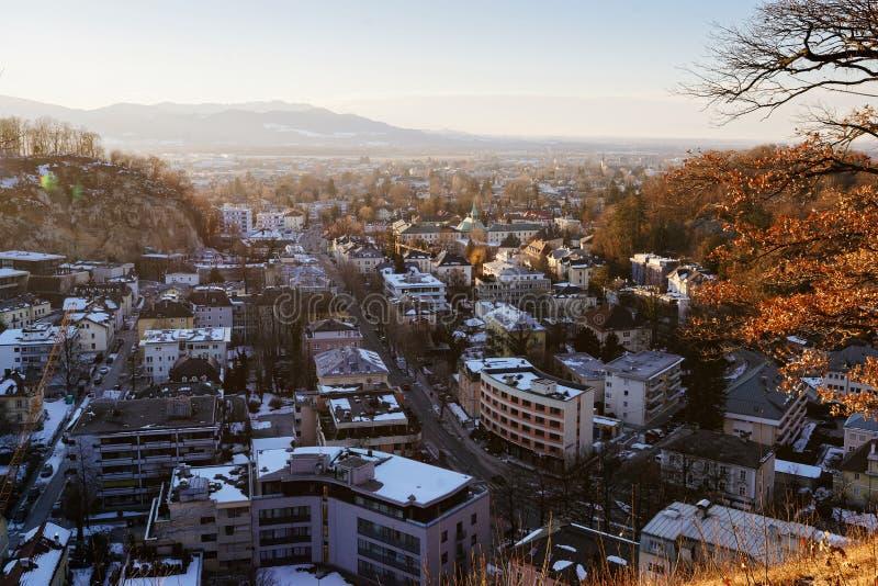 Vista panoramica con paesaggio al vecchio tramonto di Salisburgo Monchsberg della città immagini stock