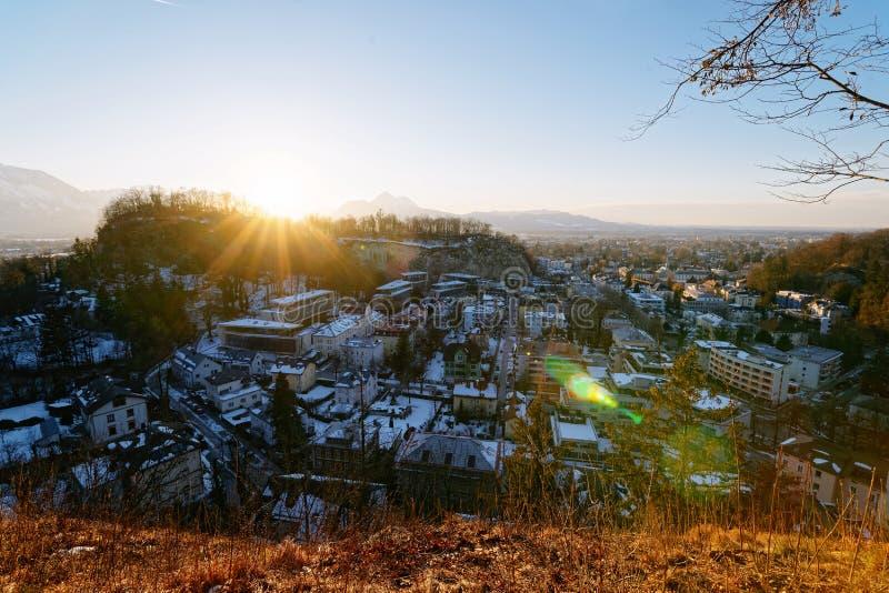 Vista panoramica con paesaggio nel vecchio tramonto di Salisburgo Monchsberg della città fotografie stock libere da diritti
