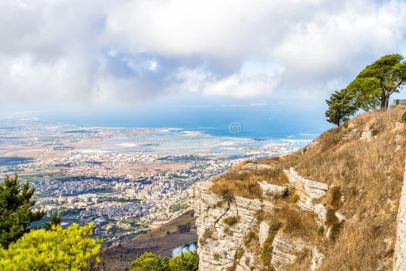 Vista panoramica dai tuwards Trapani di Erice e dalle isole di Egadi, Italia immagine stock libera da diritti