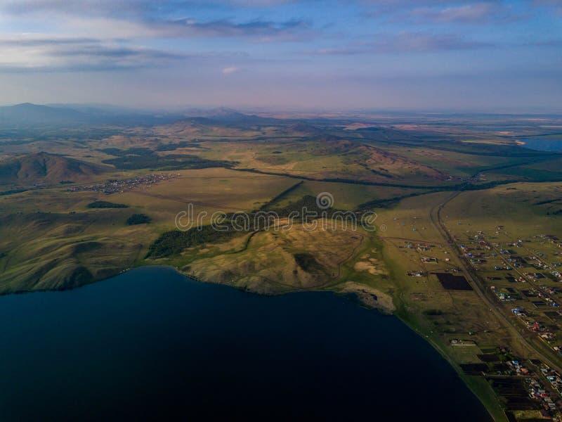Vista panoramica dal fuco del lago vicino alle montagne immagini stock