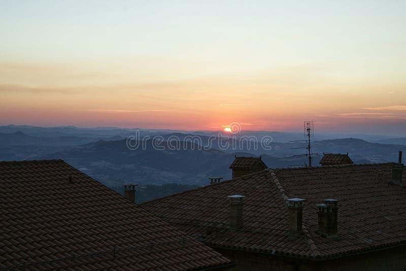 Vista panoramica dal tetto a San Marino in Italia nel eveni immagine stock