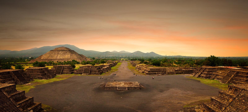 Vista panoramica dalla piramide della luna al maya antico fotografia stock