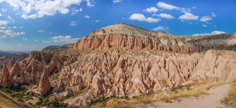 Vista panoramica dalla struttura di snad in Cappadocia Camini leggiadramente impressionanti di arenaria e delle montagne nel Capp fotografie stock