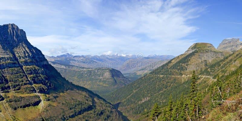 Vista panoramica dalla traccia di Highline, Glacier National Park immagine stock