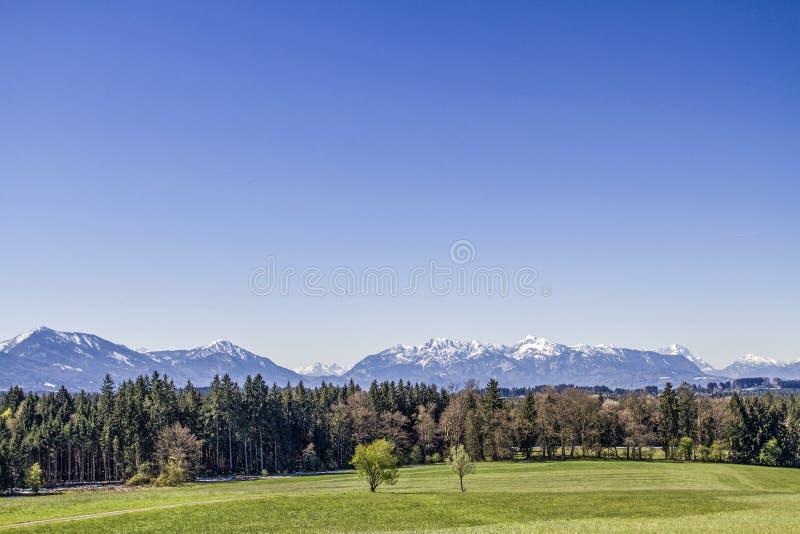 Vista panoramica dalle colline pedemontana delle alpi fotografia stock