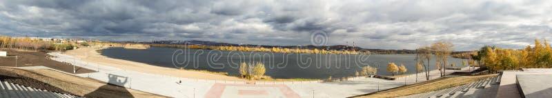 Vista panoramica degli impianti del metallo di Magnitogorsk situati sulla sponda del fiume di Ural fotografia stock