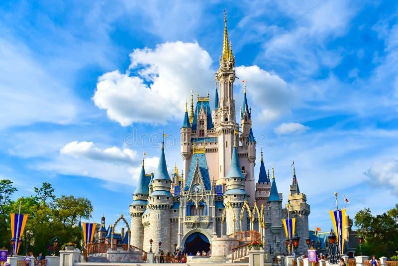 Vista panoramica del castello di Cenerentola sul fondo blu-chiaro del cielo nuvoloso nel regno magico a Walt Disney World 1 immagine stock