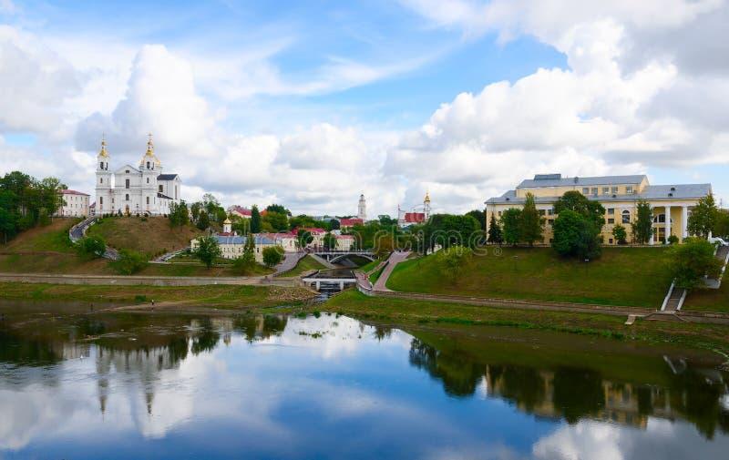 Vista panoramica del centro storico di Vitebsk sopra Dvina occidentale fotografie stock libere da diritti