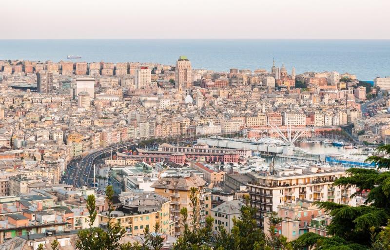 Vista panoramica del centro urbano di Genova dopo il tramonto fotografia stock libera da diritti