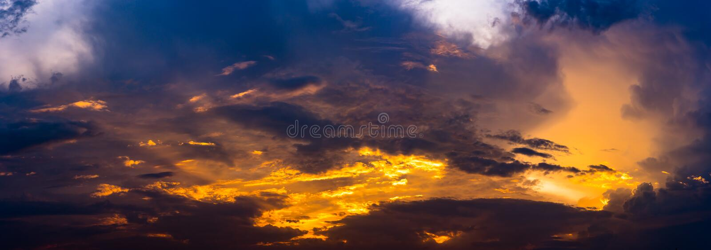 Vista panoramica del cielo drammatico con le nuvole fotografie stock libere da diritti
