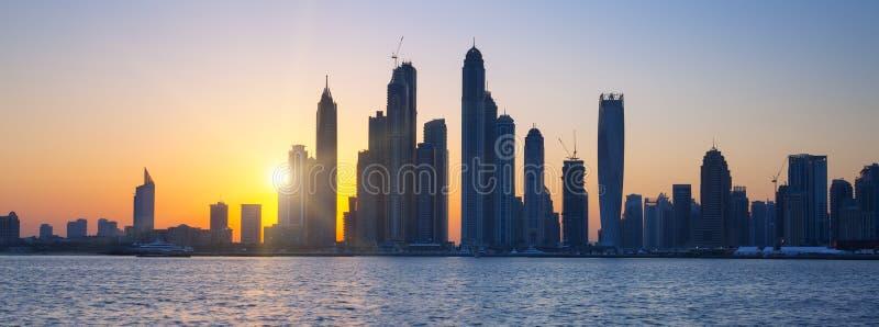 Vista panoramica del Dubai ad alba fotografia stock libera da diritti