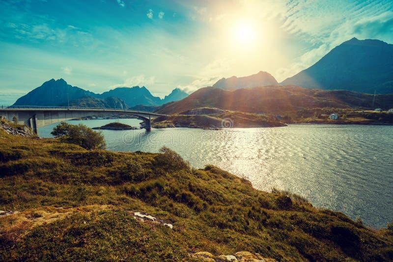 Vista panoramica del fiordo con il ponte fotografia stock