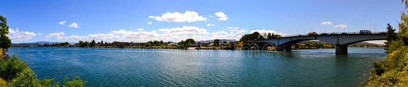Vista panoramica del fiume di Callecalle in peperoncino rosso di valdivia fotografia stock