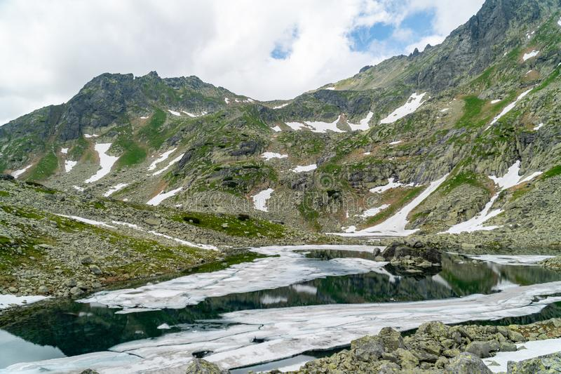 Vista panoramica del lago e della neve della montagna in alto Tatras, Slovacchia fotografia stock