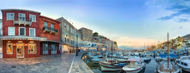 Vista panoramica del lungomare e del loro centro commerciale in hydra, Grecia fotografie stock libere da diritti